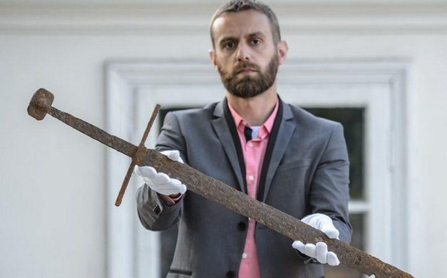 В Польше экскаваторщик откопал в болоте хорошо сохранившийся 600-летний меч