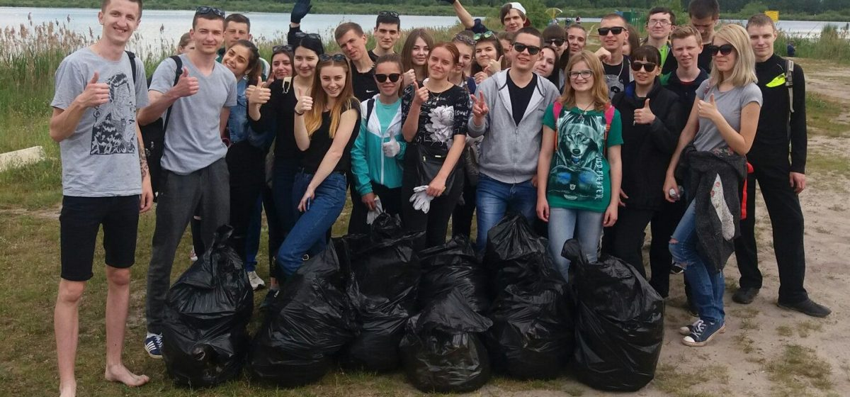 Барановичские студенты очистили от мусора берег Жлобинского озера