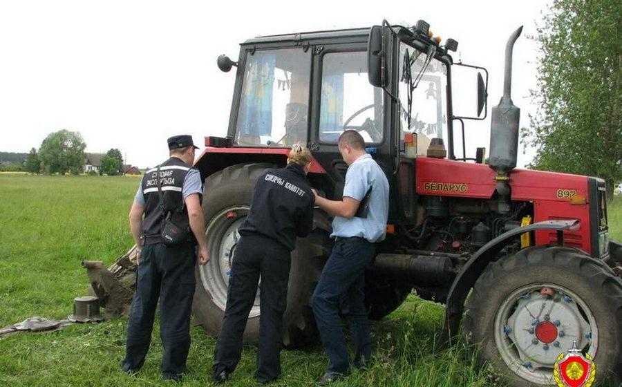 В Березинском районе трактор во время покоса травы наехал на мужчину