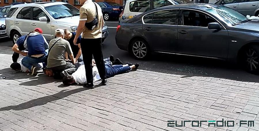 В центре Минска произошло жесткое задержание троих мужчин