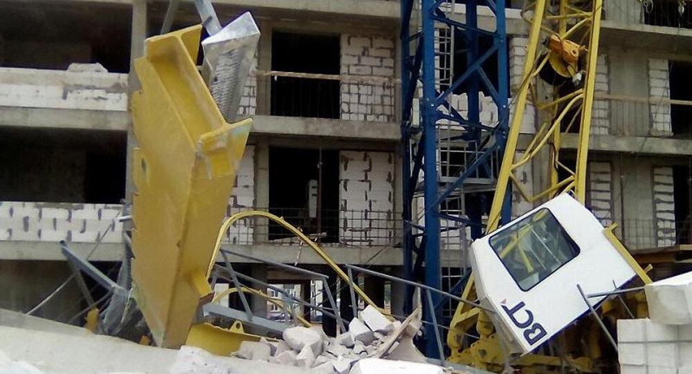 В Минске башенный кран упал на строящийся дом