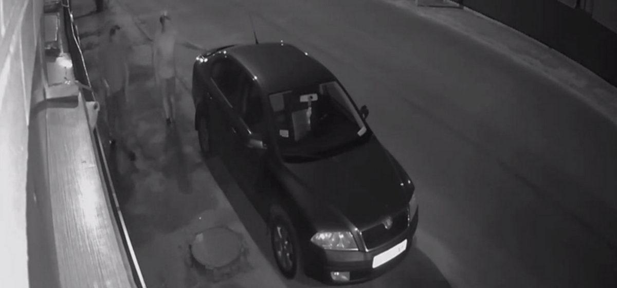 В Барановичах неизвестный украл с крышки багажника машины мобильный телефон (видео)