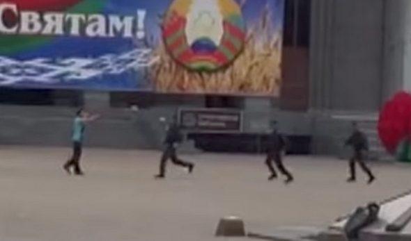 В Сети появилось видео задержания мужчины, который хотел перерезать себе горло в центре Минска