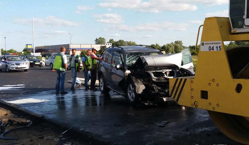 В Бресте BMW на закрытой для движения дороге врезался в дорожный каток