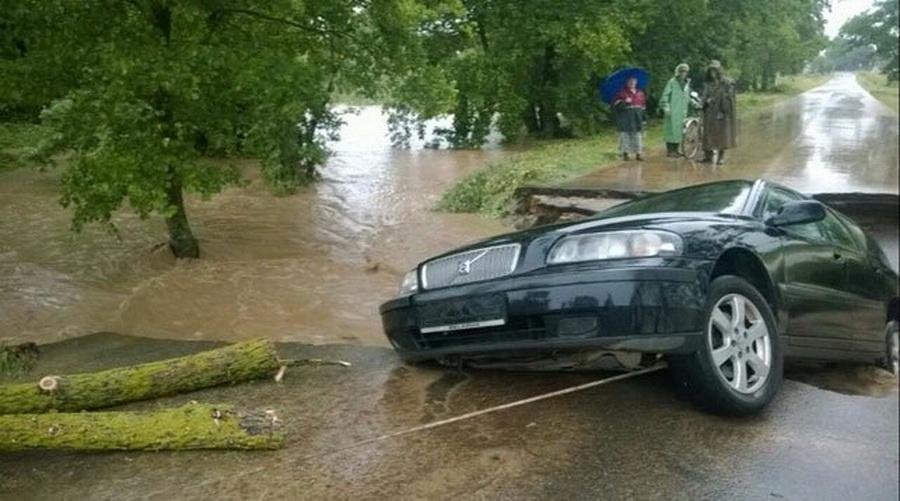 В Волковысском районе машина провалилась в большую промоину на дороге (фото)