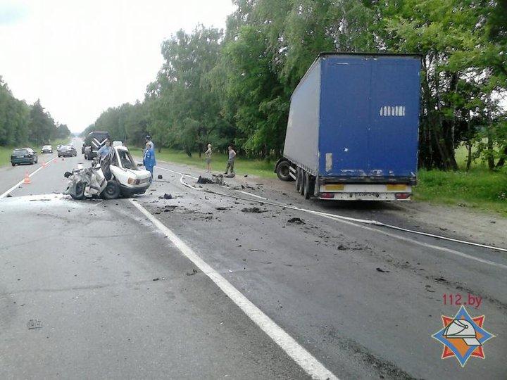 Под Могилевом Audi после столкновения с фурой превратился в груду металла, водитель легковушки погиб