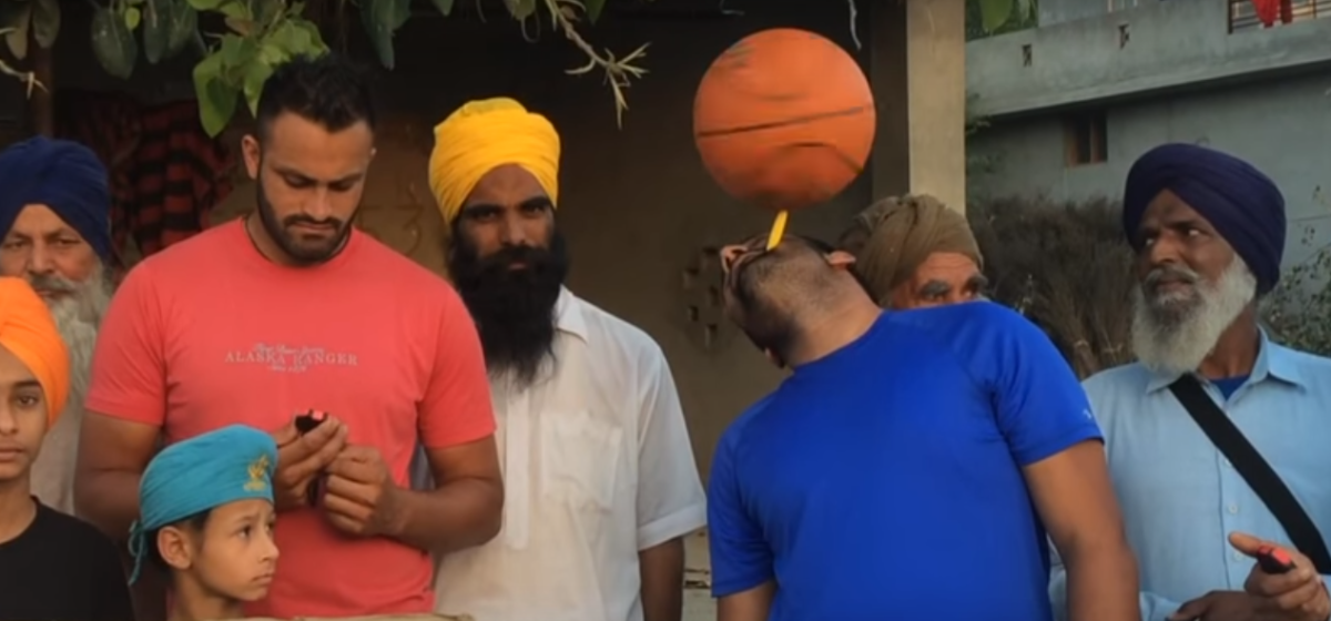 Индиец побил мировой рекорд, прокрутив мяч на зубной щетке дольше всех