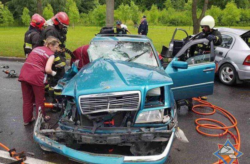 В Минске лоб в лоб столкнулись Mercedes и Opel, есть пострадавшие