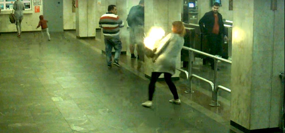 В минском метро у девушки загорелся рюкзак (видео)