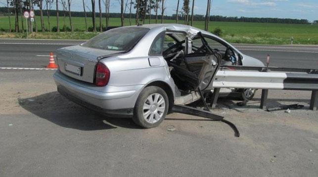 Под Дзержинском легковушка врезалась в отбойник: пассажирка погибла