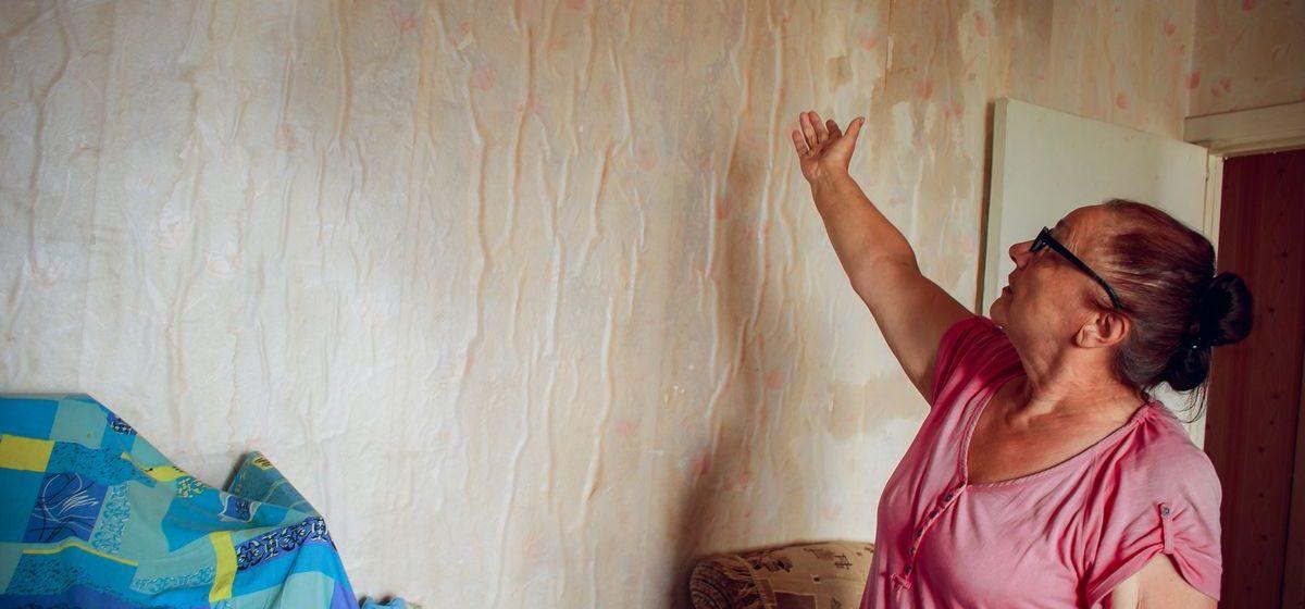 «Залило – это мягко сказано». В Барановичах пенсионеры всю ночь спасали свою квартиру от дождя