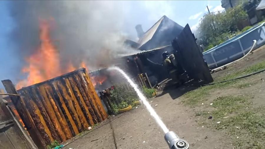 Пожарный из Читы снял и смонтировал процесс тушения пожара от первого лица