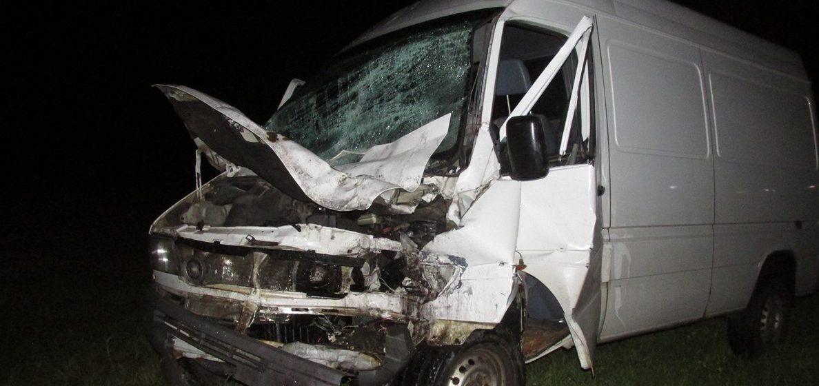 В Мозыре пьяный бесправник на автопогрузчике лоб в лоб врезался в микроавтобус