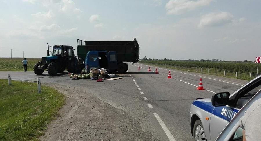 Под Житковичами Ford c арбузами врезался в трактор, пострадали три человека
