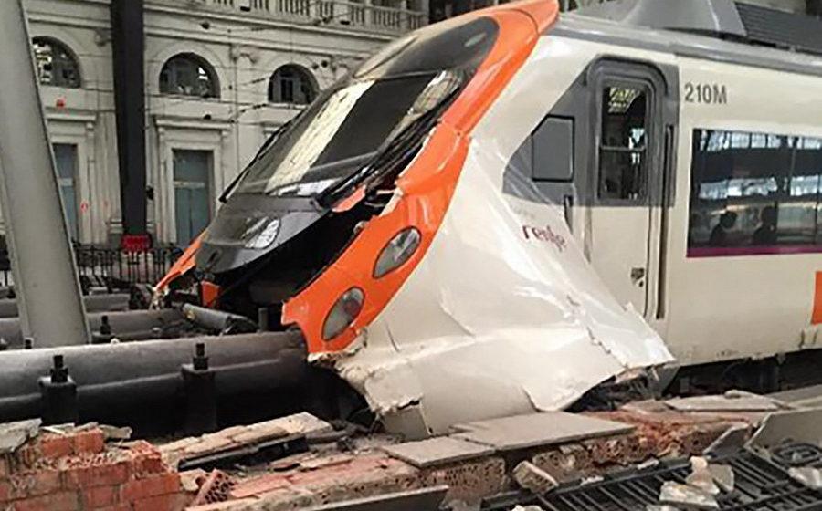 В Барселоне поезд врезался в оградительную платформу железнодорожной станции, ранены 54 человека