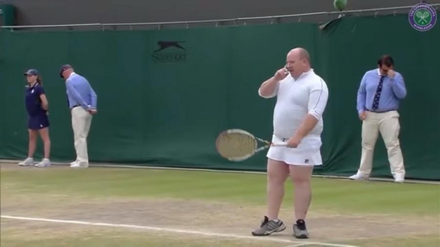 На Уимблдоне фанат сыграл в теннис в форме одной из спортсменок (видео)