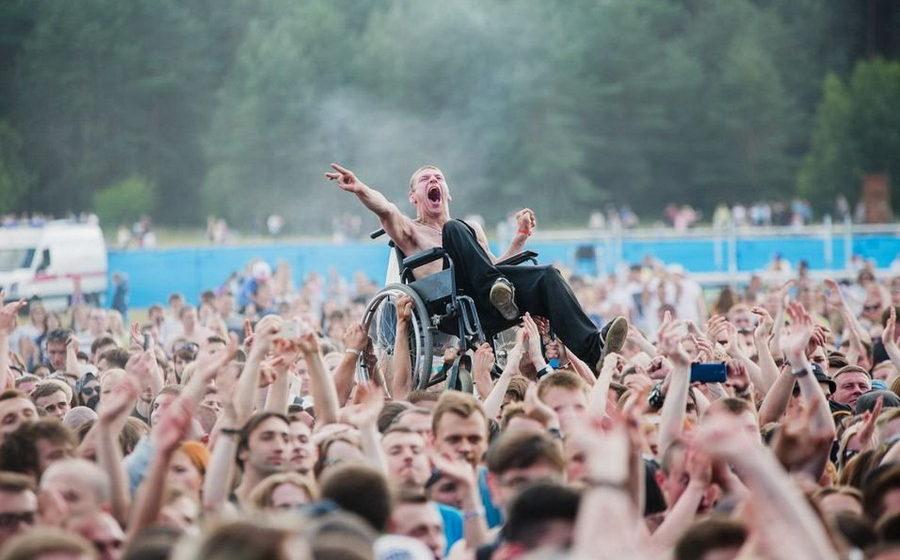 Фото белоруса в инвалидной коляске на рок-концерте взорвало соцсети