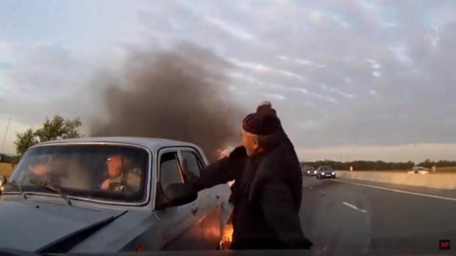 В сети набирает популярность видео о том, как пожилой человек спас людей из горящей машины