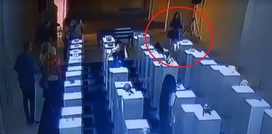 В США девушка делала селфи в галерее и разбила экспонаты на 200 тысяч долларов (видео)