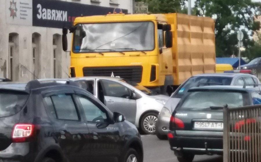 Фотофакт. В Барановичах на улице Тельмана произошло два ДТП