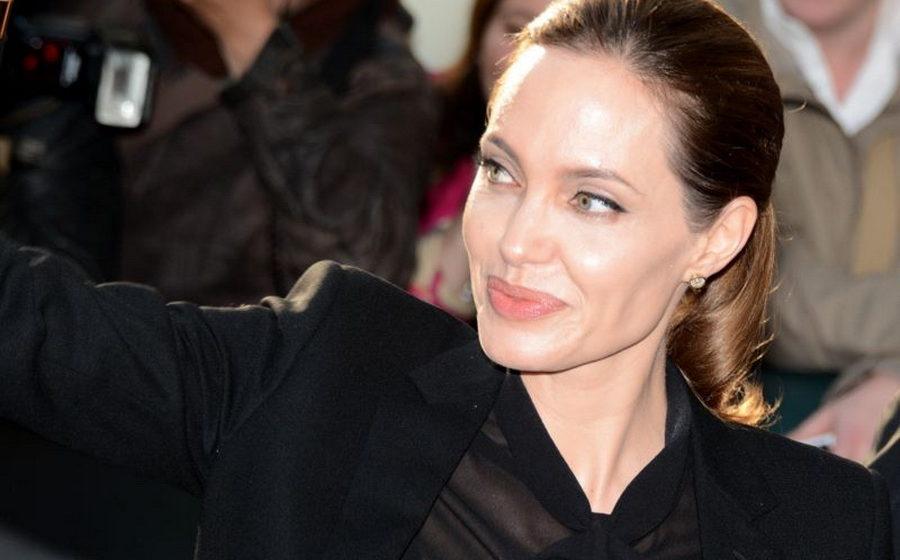 После разрыва с Брэдом Питтом у Анджелины Джоли парализовало половину лица