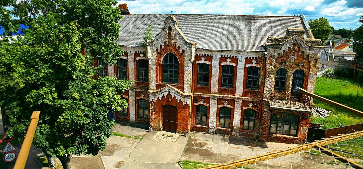 Что в Барановичах происходит с историческим зданием, купленным американским жителем по цене трехкомнатной квартиры
