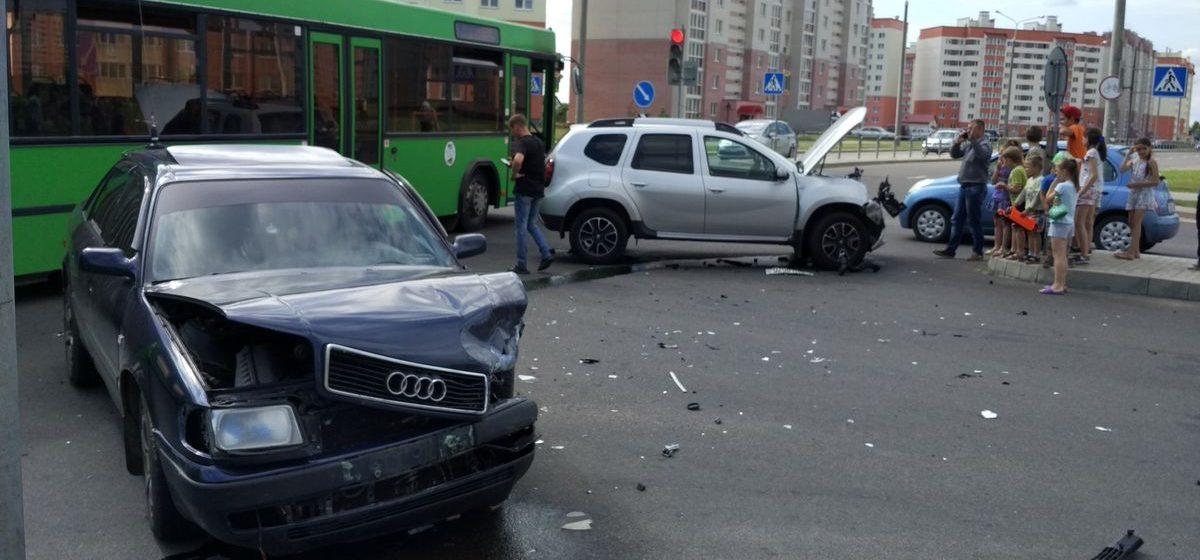 В Барановичах, в микрорайоне Боровки, из-за ДТП затруднено движение автотранспорта