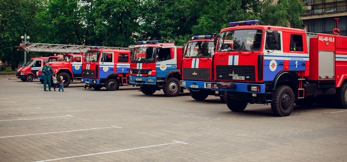 Показательные выступления спасателей прошли в Барановичах на День пожарной службы
