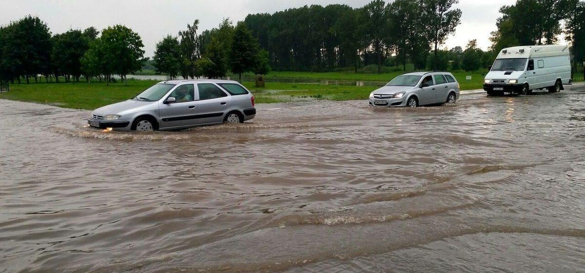 В Ляховичах после ливня воду с автостоянки возле автовокзала и рынка откачивало МЧС
