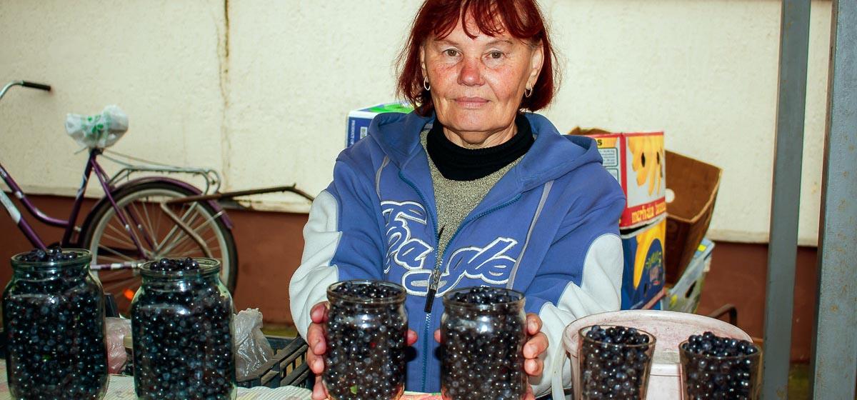 Жительница Барановичей рассказала, как зарабатывает на чернике