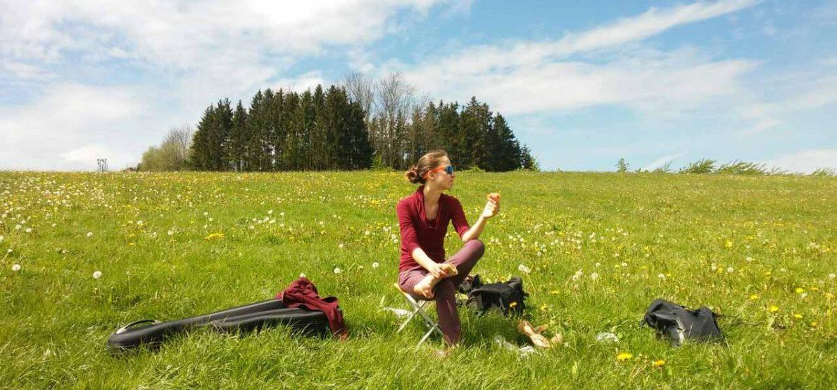 Жительница Барановичей путешествует по Европе, зарабатывая на поездки уличной игрой на виолончели