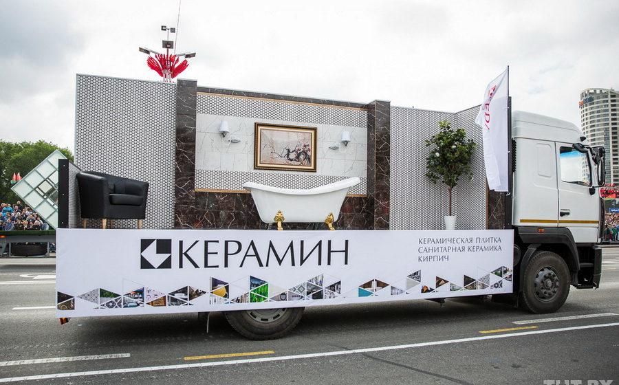 Минчанин хотел купить ванну, увиденную в инсталляции «Керамина» на параде, но оказалось, что на заводе ее не производят