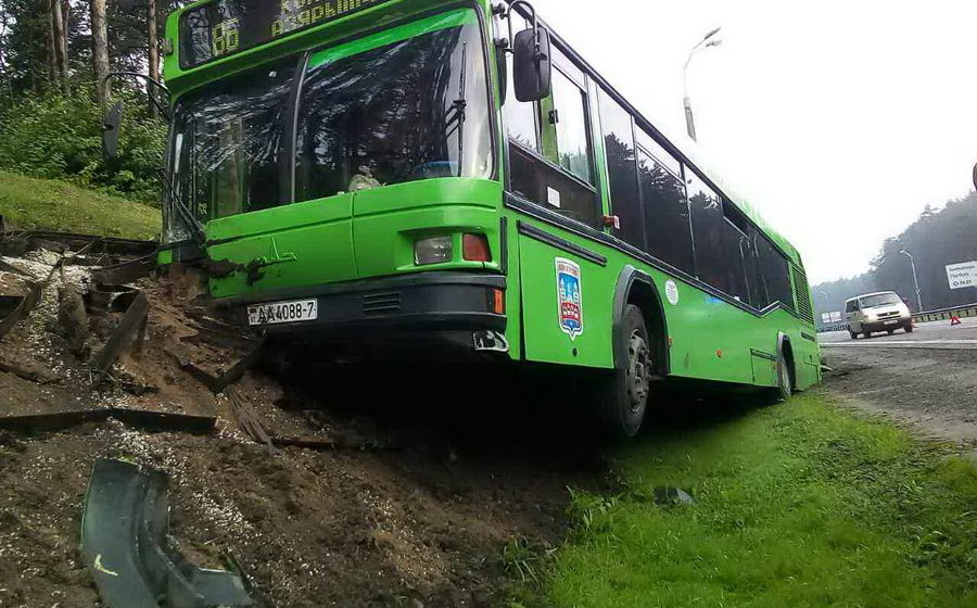 В Минске на МКАД фура врезалась в автобус