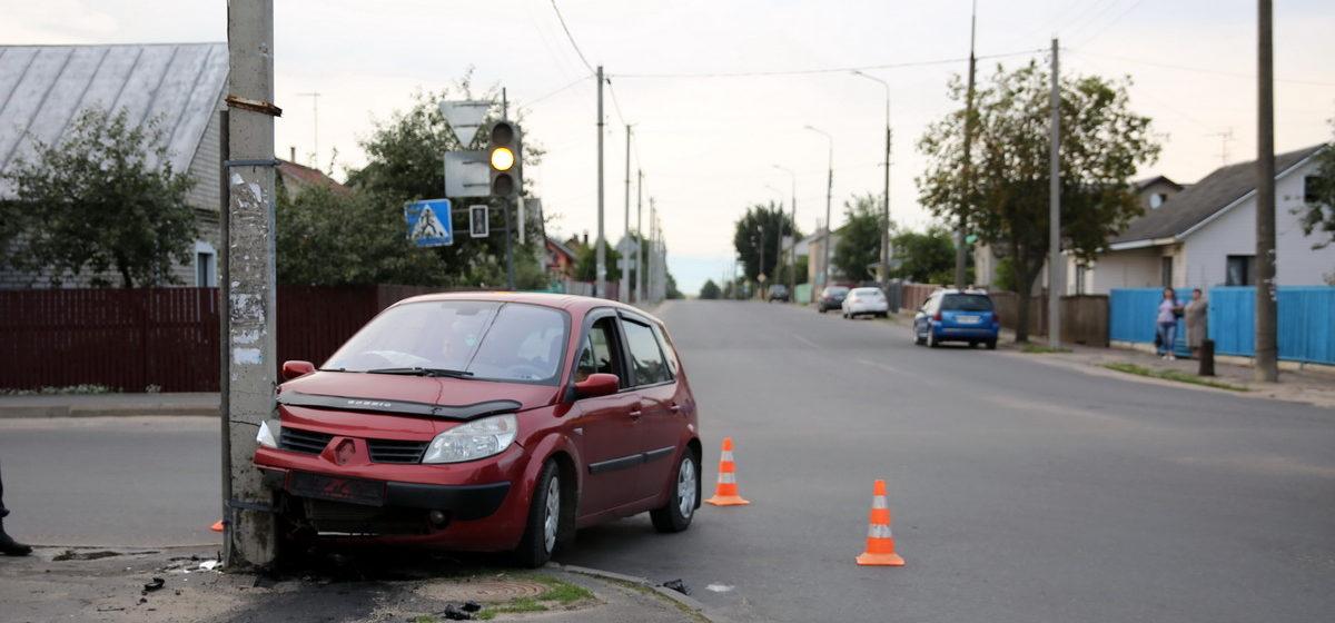 В Барановичах водитель Renault Scenic въехал в столб