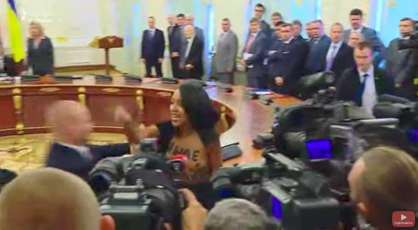 В Киеве перед Лукашенко с криками «Жыве Беларусь!» выскочила обнаженная активистка