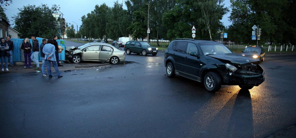В Барановичах автомобиль в ДТП снес забор, сбил светофор и сломал телефонный шкаф