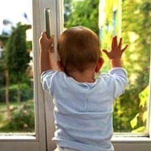 В Каменецком районе из окна пятого этажа выпала двухлетняя девочка
