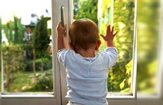 В Каменецком районе двухлетняя девочка выпала из окна