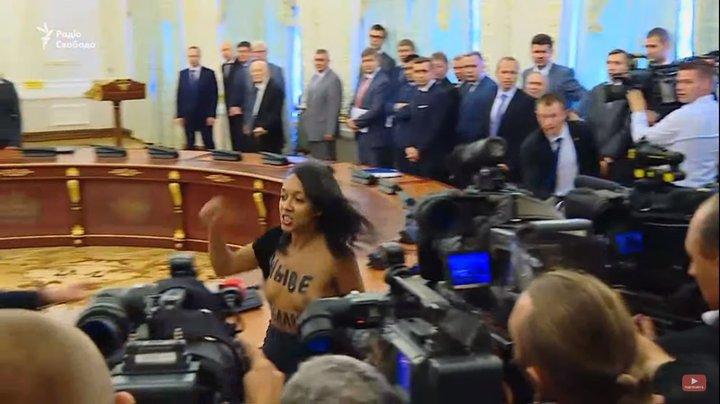 Активистке, которая оголила грудь перед Лукашенко и Порошенко, грозит до 5 лет тюрьмы