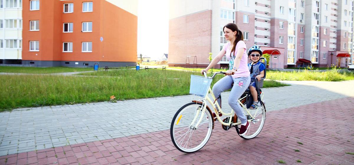 Барановичские мамы рассказали, почему возят своих детей на велосипедах