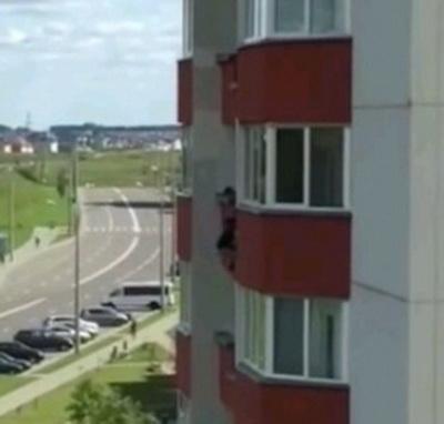 В Гродно ребенок повис на балконе пятого этажа (видео)