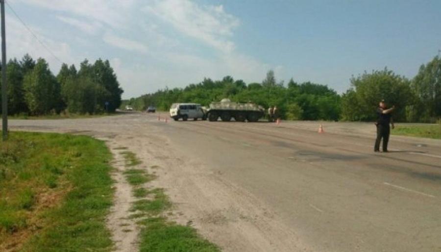 В Украине микроавтобус «Фольксваген» из Беларуси столкнулся с БТР