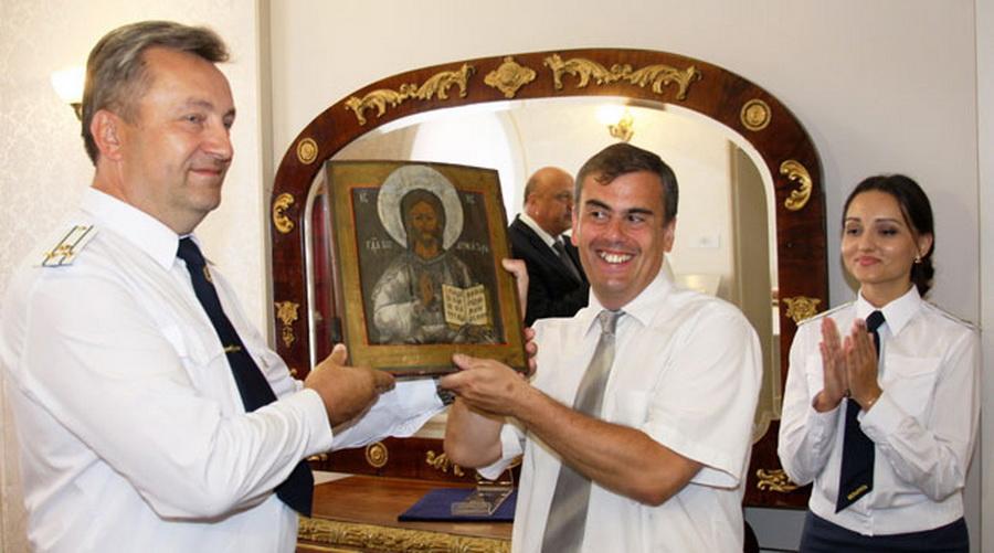 Брестские таможенники передали в музей конфискованную у жителя Барановичей икону XIX века