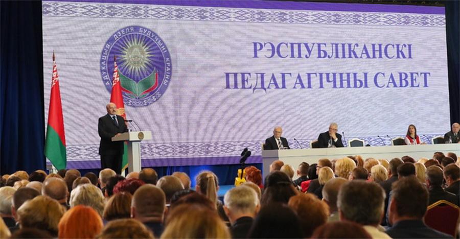 Лукашенко поручил в 2018 году удвоить доход воспитателей детсадов и яслей