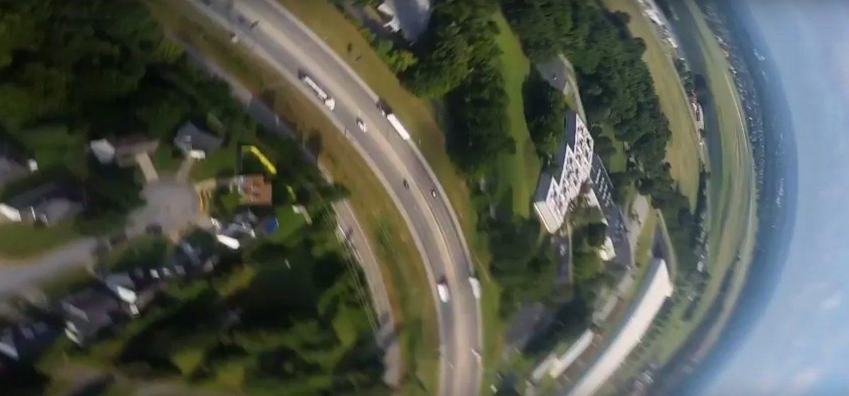 Видео, снятое выпавшим из самолета телефоном, набирает популярность в сети