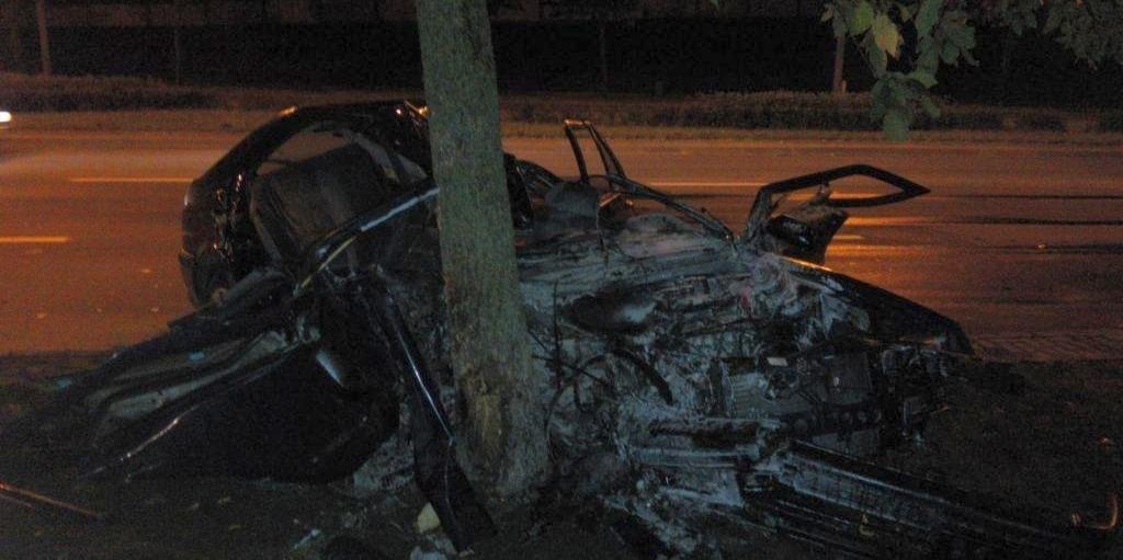 В Гродно пьяные подруги на «Рено» врезались в дерево: одна погибла, вторую спасла подушка безопасности
