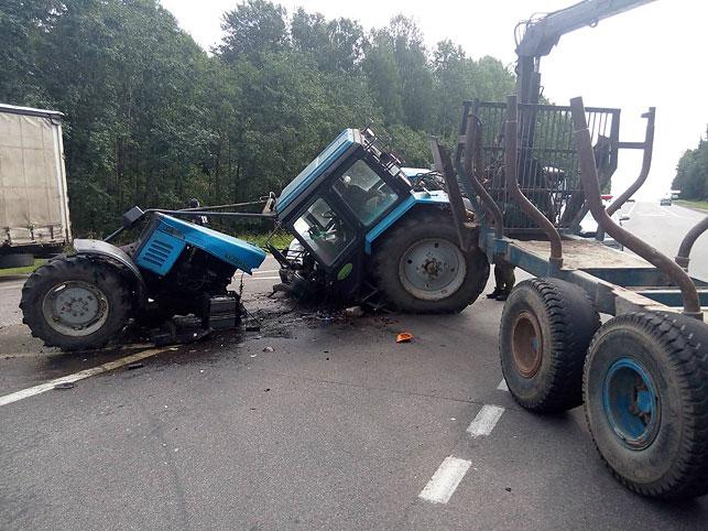 Под Минском трактор разорвало на две части после столкновения с легковушкой