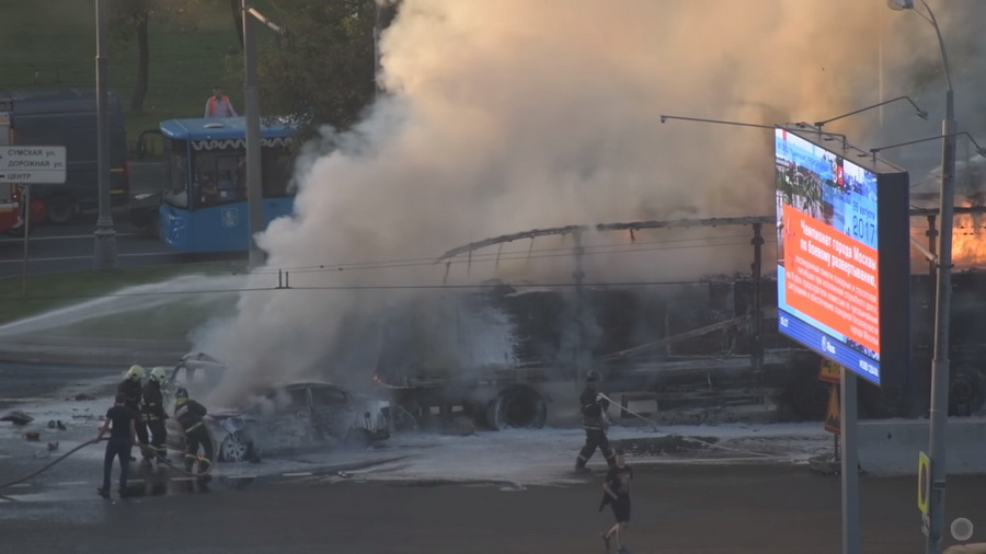 В Москве на Варшавском шоссе  в результате крупного ДТП произошел взрыв и пожар (видео)