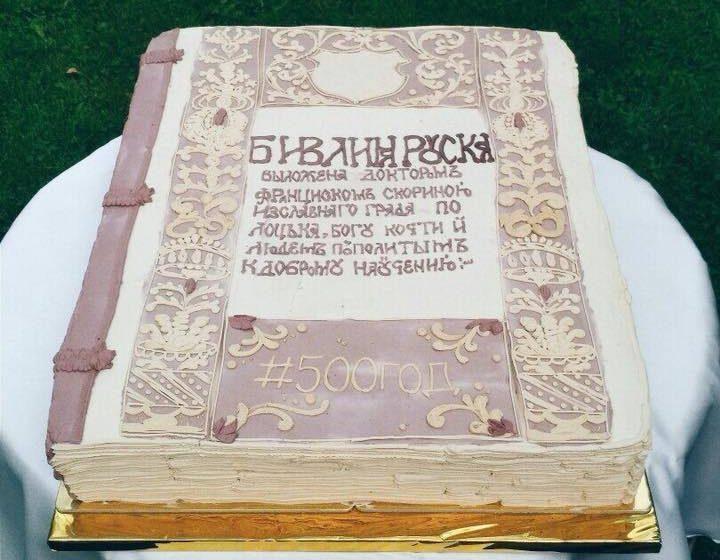 Фотофакт. В Витебске испекли 25-килограммовый торт в виде Библии Скорины