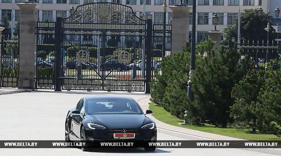 Александр Лукашенко протестировал последнюю модель электромобиля Tesla